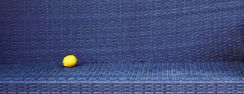 Pool-Umrandung aus blauem Poly-Rattan