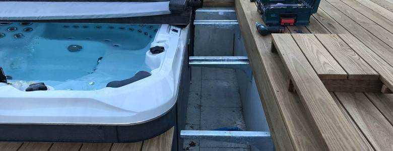 Geöffneter Serviceschacht: Whirlpool-Umrandung aus Holz