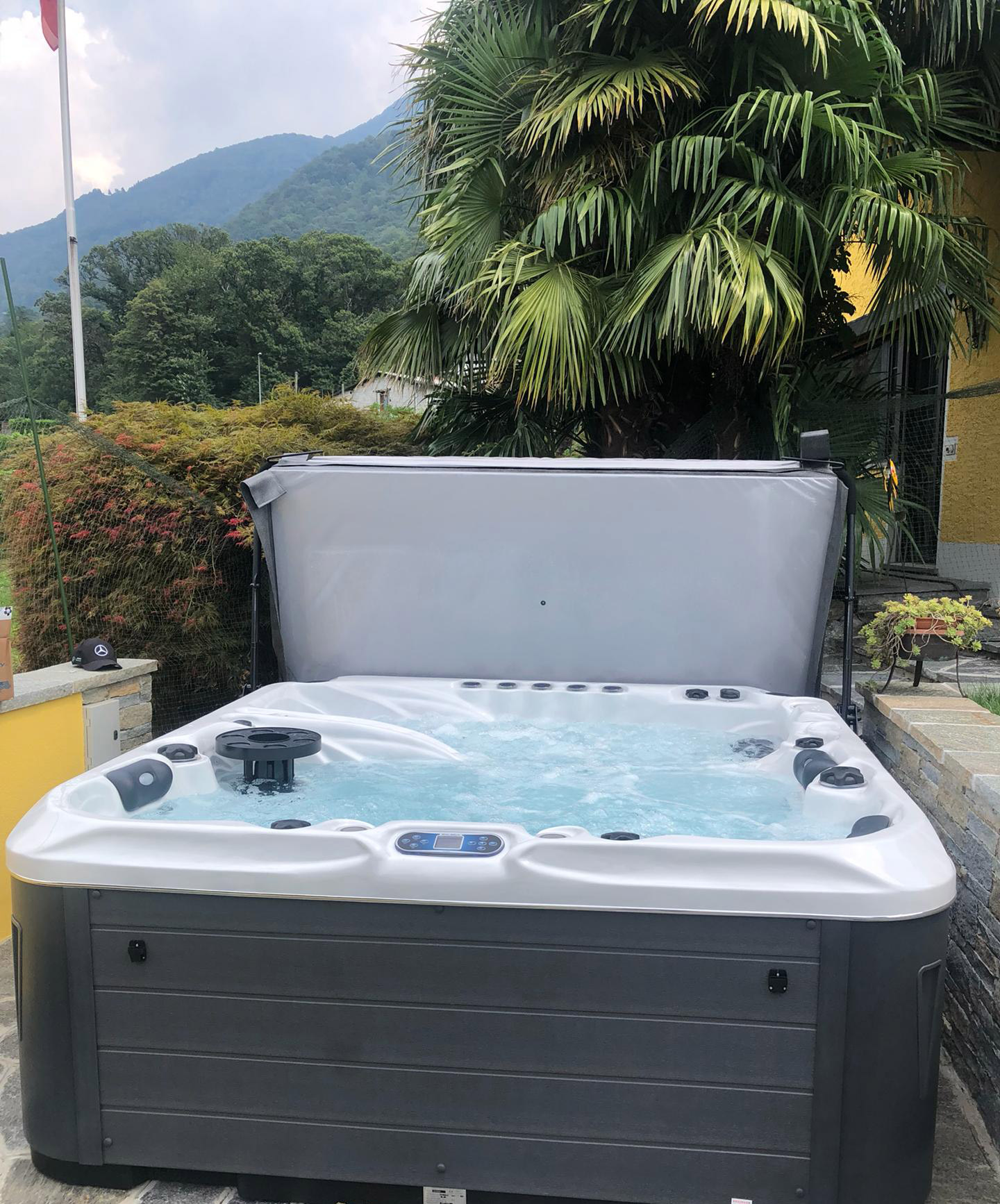 Whirlpool-Referenz in Tessin mit Bergblick